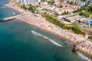 Free umbrellas attract tourists to Saint Vlas